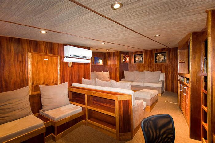 Lounge/Salon onboard Ocean Hunter 3